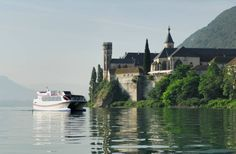 Savoie. Lac du Bourget + grand lac naturel de France, vue sur abbaye d'Hautecombe