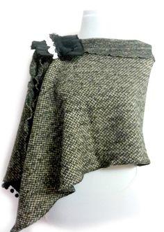 Sciarpa mantella cappa in lana boucle' con spilla  di PREZIOSA abbigliamento e accessori artigianali su DaWanda.com