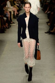 Burberry Spring 2017 Ready-to-Wear Fashion Show - Jay Wright Quirky Fashion, White Fashion, Trendy Fashion, Boho Fashion, Spring Fashion, Fashion Design, Fashion Dresses, London Fashion Week 2018, Fashion 2017
