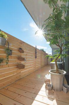 賃貸マンションの味気ないベランダをカフェテラスのような空間に改造する | 99% DIY -DIYブログ- Japan Interior, Interior Garden, Apartment Balconies, California Style, Balcony Garden, Diy Home Decor, Exterior, House Design, Decoration