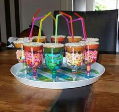 Kinder traktatie bekers Kinder Party Snacks, Snacks Für Party, Party Treats, Party Cakes, Birthday Desserts, Birthday Parties, Classroom Birthday Treats, Party Pops, Cupcakes