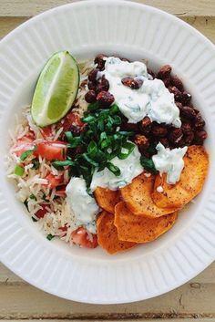 Bol burrito avec haricots noirs, patates douces et yogourt aux herbes.