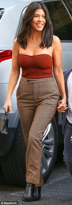 Crop of the morning to you! The ex of Scott Disick traded her usual athletic-wear for a cinnamon colored tube top which fantastically flaunted her toned arms and cleavage