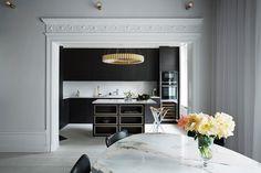 Kjøkkenøyen, som er designet sammen med Mija Kinning for Drømmekjøkkenet, passer perfekt i dette kjøkkenet sammen med gulldetaljene rundt de åpne hylleskapene. Et luksuriøst og moderne kjøkken! Bistro ask brunbeiset | Drømmekjøkkenet