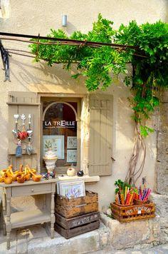 Les Baux de Provence - une boutique de souvenirs.