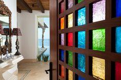 L'entrée de cette villa de rêve se fait par une porte en bois au design original