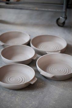Just nu lite rörigt och lerigt och då är det extra trevl Pottery Bowls, Ceramic Bowls, Ceramic Pottery, Pottery Art, Pottery Ideas, Pottery Techniques, Clay Pots, Serving Bowls, Dishes