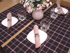 Bieżnik lniany czarny w różową kratę. Serwetki z siatki lnianej z obrączkami. Do nowoczesnych, modnych wnętrz.