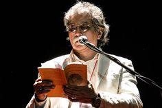 Leyendo poesía en el Festival Mundial de Poesía de Venezuela.