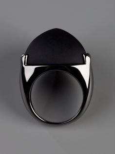 Gunmetal silver plated chunky ring from Eddie Borgo featuring a geometric shaped design and a contrasting black triangular onyx stone setting to the top. by Farfetch .com
