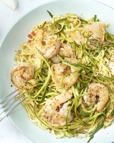 An original and nice and light dish: fried prawns in a delicious spicy garlic-lemon sauce with zucchini spaghetti. Easy to make, in 1 pan, and ready in a jiffy. Everyone can make and taste this! Courgetti Recipe, Low Carb Recipes, Healthy Recipes, Zucchini Spaghetti, No Cook Meals, Healthy Cooking, I Foods, Main Dishes, Clean Eating