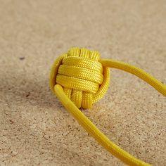 アメリカ製パラコードを使ったアクセサリー等の作り方及び関連する物、事を紹介しています Bracelet Knots, Paracord Bracelets, Monkey Fist Knot, Knots Guide, Decorative Knots, Knot Pillow, Paracord Projects, Bracelet Tutorial, Key Fobs