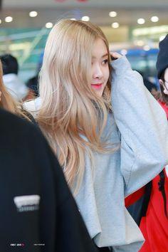 190225 ICN Airport Arrival from Malaysia Yg Entertainment, South Korean Girls, Korean Girl Groups, K Pop, Medium Hair Styles, Long Hair Styles, Rose Park, 1 Rose, Jennie Lisa