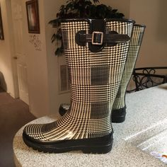 Sperry Top Sider Black/Beige Rain Boots Sz 7 These rain boots are gently used and they are in great condition. Sperry Top-Sider Shoes Winter & Rain Boots