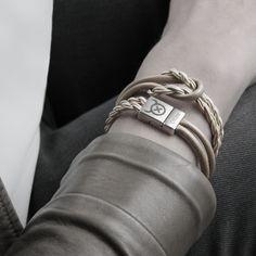 Dit Tangle Rope model combineert super makkelijk met alle andere OXies armbanden. Door de verwerking van ons ambachtelijk gedraaide leertouw in deze armband is hij super stoer te combineren met een OXies knoopketting in dezelfde lederkleur! Deze armband wikkelt 2 keer om je pols.