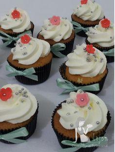Cupcake de baunilha, cobertura de chantilly. Para encomendas personalizadas acesse o link www.lejonconfeitaria.com.br