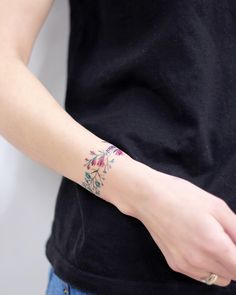 Check Out Latest Bracelet Tattoo Style on Wrists for Charm Bracelet, and Other Wrist Anklet Tattoo Ideas for Women. Check Out Latest Bracelet Tattoo Style on Wrists for Charm Bracelet, and Other Wrist Anklet Tattoo Ideas for Women. Wrist Band Tattoo, Flower Wrist Tattoos, Tattoo Bracelet, Flower Bracelet, Wrist Flowers, Tattoo Flowers, Mini Tattoos, Body Art Tattoos, New Tattoos