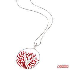 紅珊瑚項鍊以925純銀鍍銠材質搭配紅珊瑚與琺瑯、鋯石展現現代藝術風格。1萬500元