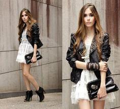 vestido romantic + jaqueta couro+ bolsa caveira + sapato de peso