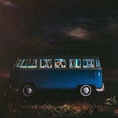 Um céu estrelado, uma kombi, um aconchego, um amor e um registro incrível! Linda inspiração para sessão de fotos a noite! Amamos! #inlove #amolapisdenoiva #muitoamor #ceuestrelado #kombilover #lovelynight {foto: @diogoperezfotografia}