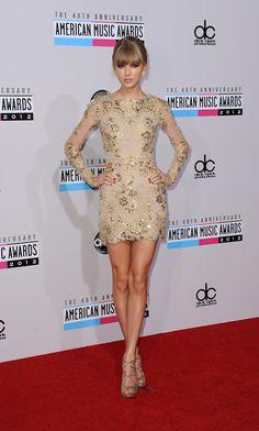 Taylor Swift con un elegante minivestido de transparencias y bordados dorados.