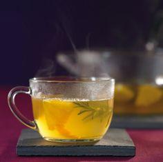 Rosmarin-Orangen-Punsch: Orangenlikör und Weißwein harmonieren hier perfekt. Rosmarin verfeinert den Punsch mit seinem Aroma.