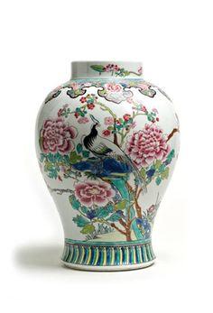 SAMSON. Vase de forme balustre en porcelaine à décor émaillé dans le goût de la famille rose  Un faisan perché sur un rocher bordé de pivoiniers en fleurs. La base du col est ornée d'une frise de ruyi. Anciennement monté à l'électricité. Travail européen s'inspirant des porcelaines chinoises du XVIIIe siècle.