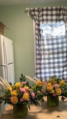 Basket Flower Arrangements, Vase Arrangements, Flower Vases, Centerpieces, Flowers For You, Bright Flowers, Pink Flowers, Disney Princess Drawings, Bright Yellow