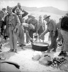 Spain - 1936-39. - GC - Un grupo de soldados sublevados reciben su rancho en algún lugar de España