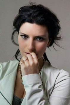 """Laura Pausini coach in """"The Voice of Messico"""" Singing Contest, Actrices Hollywood, Gossip News, Iconic Women, Pop Singers, Famous Celebrities, Record Producer, Katy Perry, Girl Crushes"""
