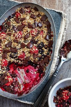 diet dessert recipes from Dr Michael Mosley - this berry choc-chip crumble has only five ingredients and 306 calories per serving. Sugar Free Desserts, Healthy Desserts, Delicious Desserts, Healthy Lunches, Healthy Baking, 800 Calorie Meal Plan, Baking Recipes, Dessert Recipes, Pudding Recipes