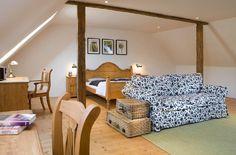 Manželská ložnice - prázdninový dům Majdalenka Toddler Bed, Cottages, Furniture, Home Decor, Pictures, Child Bed, Cabins, Decoration Home, Country Homes