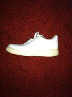Nike air force, forse le scarpe più comode che abbia mai avuto, nonostante all'apparenza molto massicce, colore semplice ma che salta all'occhio poichè è un bianco acceso.