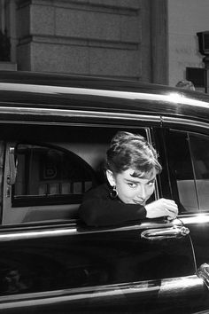 Audrey Hepburn on the set of Sabrina, 1954 . my favorite movie Viejo Hollywood, Old Hollywood Glam, Classic Hollywood, Hollywood Icons, Hollywood Actresses, Audrey Hepburn Born, Audrey Hepburn Photos, British Actresses, Actors & Actresses