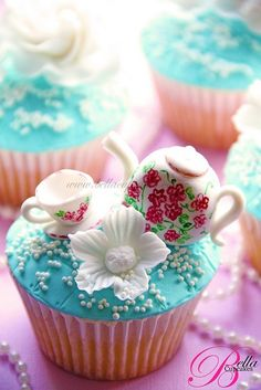 teapot cupcake... lovely i wish i could make that!!!