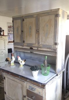 Kitchen Redo, Kitchen Cabinets, Cupboards, Beautiful Home Designs, Beautiful Homes, Antique Hoosier Cabinet, Country Cupboard, Vintage Dressers, Cabinet Styles