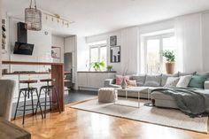 Tiszta fehér, meleg fa és szürke színekkel berendezett 66m2-es, kétszobás lakás tágas, nyitott nappali konyha étkezővel