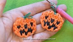 citrouilles loom bricolage halloween Wonder Loom, Rainbow Loom Patterns, Rainbow Loom Charms, Loom Bands, Loom Bracelets, Rubber Bands, Halloween Party, Creations, Diy
