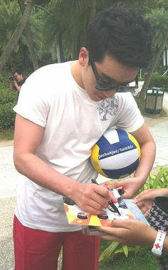Seungri... signing for a fan, on his day off? So sweet.