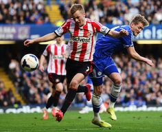 Sebastian Larsson of Sunderland and Andre Schurrle of Chelsea... ニュース写真 485621685