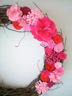 Valentine's Day wreath, felt flower wreath, Valentines Day decor, holiday wreath, grapevine wreath op Etsy, 40,91€