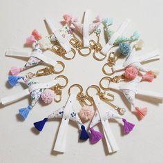 괴불 노리개를 키링으로 만들어봤어요 레이스 폼폼이나 팬던트를 원하는 조합으로 나만의 괴불 노리개 키링... Diy And Crafts, Arts And Crafts, Korean Products, Korean Art, Pin Cushions, Handicraft, Hand Embroidery, Needlework, Hair Accessories