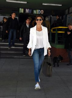 La primera dama del 'casual chic': jeans y zapatillas a la hora de votar The first lady of the & # casual chic & # jeans and slippers when voting Look Casual Chic, Casual Street Style, Look Chic, Casual Looks, Sporty Chic, Trendy Outfits, Cute Outfits, Lawyer Outfit, 50 Style