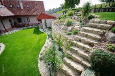 Záhon vo svahu s oporným múrikom a schodiskom Stepping Stones, Outdoor Decor, Gardening, Home Decor, Stair Risers, Decoration Home, Room Decor, Lawn And Garden, Home Interior Design