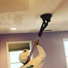 This Is The Easiest Way to Remove Popcorn Ceilings : The Planex Easy Drywall Sander basically a vacuum for your ceilings, making popcorn ceiling removal easier than you& believe. Covering Popcorn Ceiling, Removing Popcorn Ceiling, Popcorn Ceiling Removal, Home Improvement Projects, Home Projects, Home Renovation, Home Remodeling, Popcorn Ceiling Makeover, Ideas