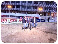 Dely Valdes en el set de Jorge Ramos y su Banda a las afueras del estadio nacional de CR