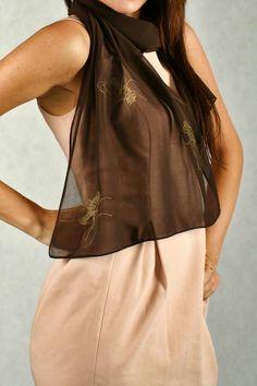 Brązowy szal damski z nadrukiem - muchy MADISSO