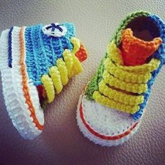 Crochet Baby Shoes Crochet Baby Converse - Everyone loves a good crochet baby booties pattern and this collection is filled with sweet ideas that are perfect for a newborn. Crochet Socks, Booties Crochet, Baby Booties, Knit Crochet, Ravelry Crochet, Baby Sandals, Baby Converse, Converse Sneakers, Converse High