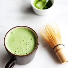 Matcha isn't just the latest caffeine craze to populate the shelves of your local health food store or fuel your busy afternoon with an extra (much needed) kick. Matcha has a long history that's … Matcha Health Benefits, Green Tea Benefits, Healthy Drinks, Healthy Tips, Healthy Women, Healthy Skin, Healthy Foods, Smoothies, How To Make Matcha