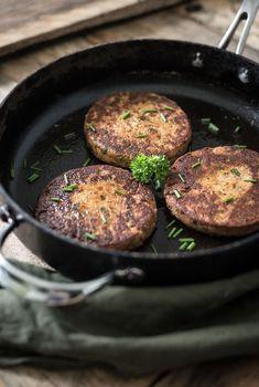 Super lekkere tonijnburgers! Het recept is makkelijk. De tonijnburgers staan snel op tafel. Bekijk en print het recept op Voedzaam & Snel.nl Clean Recipes, Low Carb Recipes, Healthy Recipes, Healthy Food, Skinny Kitchen, Cupcakes, Spring Rolls, Food Inspiration, Vegan Vegetarian